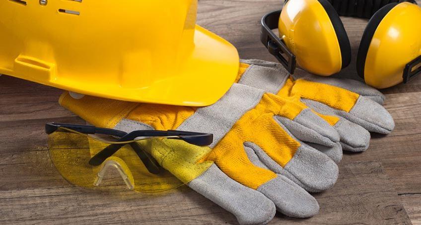 Arbeitsschutzkleidung auf Holzbrett