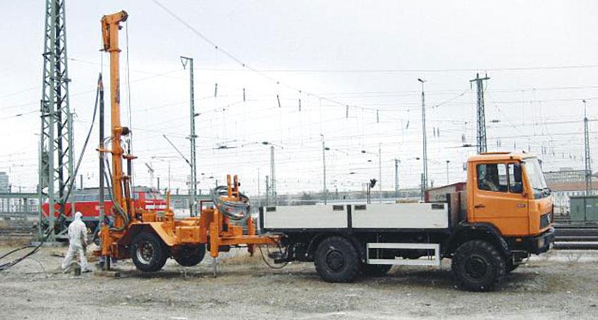 LKW mit Anhänger bohrt ein Loch in den Boden