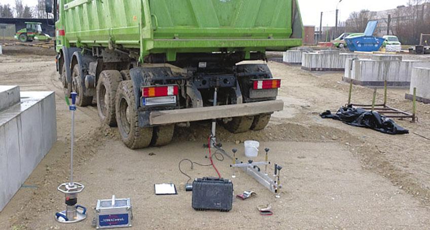 Instrumente für Messungen stehen am Boden hinter einem LKW