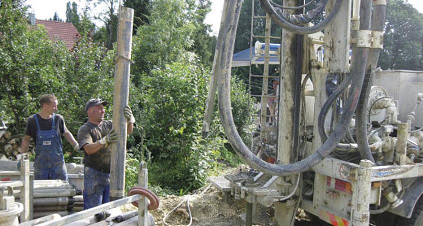 Bodenbohrungen links zwei Personen in Blaumännern am arbeiten