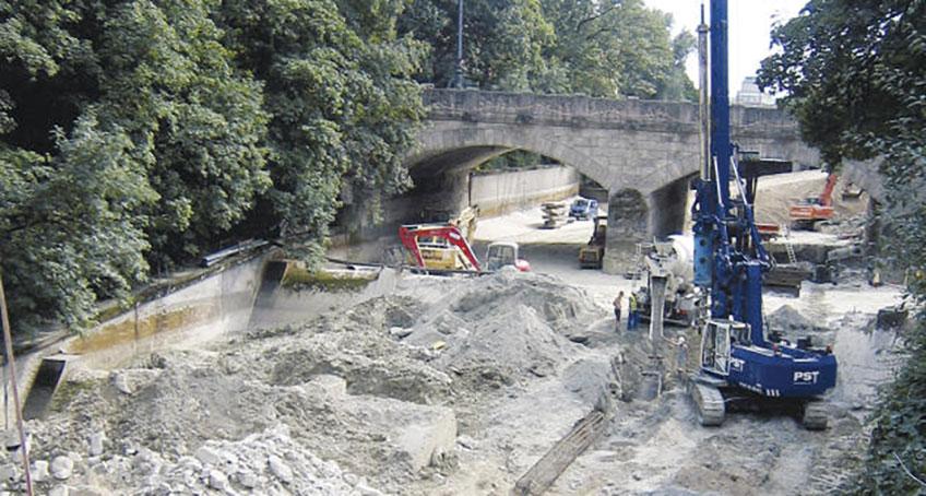 Brückenbauarbeiten mit Baggern